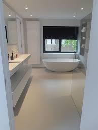 gietvloer en microcement badkamer wit grijs badkamer en