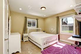 schön schlafzimmer in kleinen amerikanischen handwerker stil zu hause eingerichtet akzentfarbe home design grüne oliven fenstervorhänge und lila