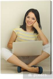 leinwandbild schöne junge frau mit notebook im wohnzimmer