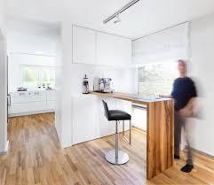 schlichte weiße küche mit grifflosen tipon fronten und theke