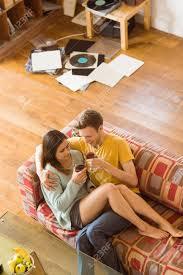 junges paar genießen rotwein auf der zu hause im wohnzimmer