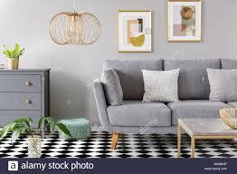 gold le in grau wohnzimmer interieur mit poster über dem