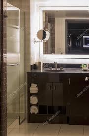 modernes hotelbadezimmer in pastell und brauntönen