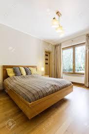 geräumiges gemütliches schlafzimmer mit holzboden in der mitte des zimmers großes doppelbett