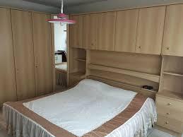 schlafzimmer schrank mit bett und spiegelschrank kommode