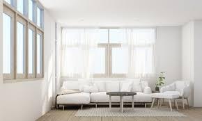 stilvolles wohnzimmer mit bequemem sofa holzboden und