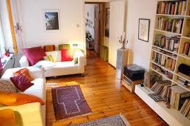 helles wohnzimmer mit farbenfrohen kissen wohnzimmer