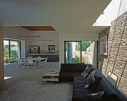 blick vom wohnzimmer mit schwarzem sofa bild kaufen