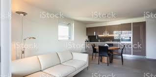 moderne wohnung wohnzimmer und küche im offenen raum stockfoto und mehr bilder anhöhe