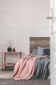grau und rosa schlafzimmer design mit textfreiraum auf leeren weißen wand stockfoto und mehr bilder behaglich