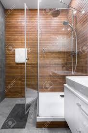 helles und geräumiges badezimmer mit begehbarer dusche
