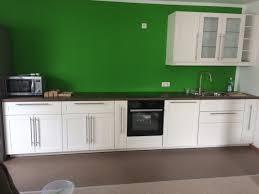 weiße küche und grüne wand montagetischler notdienst