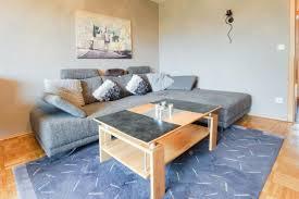 ein gemütlich eingerichtetes wohnzimmer das ecksofa ist ein