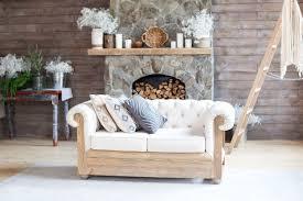 gemütliches innenwohnzimmer weißes sofa und kamin