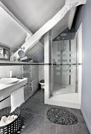 une salle de bain sous comble grise et blanche