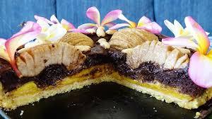 schokoladenkuchen dayana mit versunkenen birnen und jakobsfrüchten