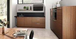 charmante 2 zeilen küche in holzoptik mit schwarzer
