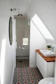kleines bad auf dem dachgeschoss glaswand mosaik bodenbelag