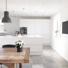 weisse kueche grauer boden holztisch küchen design