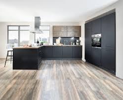 geräumige designküche in hochwertigem lacklaminat schwarz