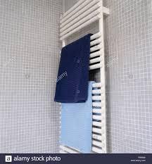 blau handtücher auf weißen beheizten handtuchhalter auf grau