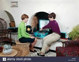 1960er jahre zwei mädchen spielen zeichnet auf