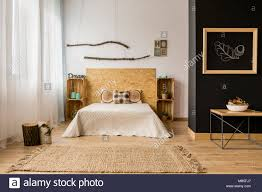 schwarz und weiß schlafzimmer mit holz diy möbel und