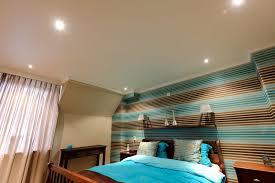 schlafzimmer warm beleuchtet und mit entspannenden farben