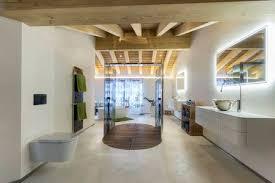 große badewanne und duschkabine aus glas in einem modernen