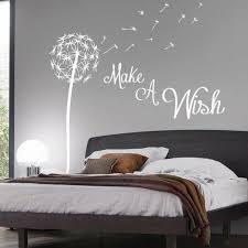 schlafzimmer dekorieren wandsticker graue wand bett