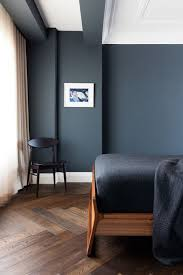 schlafzimmer mit dunklem boden aus holzdielen in kombination