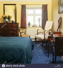 blaue aufgegebenes bettdecke und blauen teppich in blass