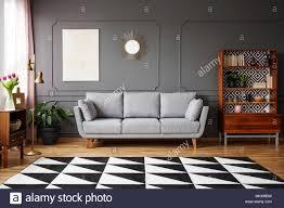 schwarzer und weißer teppich mit geometrischen muster auf