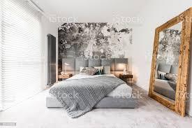 schlafzimmer mit großem spiegel aus holz stockfoto und mehr bilder atelier