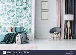 grau sessel und le in der nähe rosa vorhang in grün