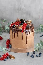 saftige schoko drip cake mit nutella creme und fruchtfülle