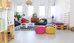 buntes retro wohnzimmer mit hocker fernseher schaukel kistenmöbel