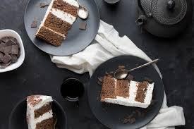 köstlicher kuchen auf draufsicht des schwarzen tellers