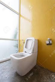 weiß toilette mit wasserspülung und gelbe wand mosaik dekoration im modernen badezimmer inter hause