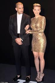 Sofa King Snl Scarlett Johansson by Scarlett Johansson Enjoys Cozy Date With U0027fling U0027 Colin Jost
