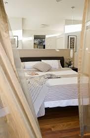 blick ins schlafzimmer auf doppelbett bild kaufen