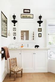 badezimmer mit waschtisch in weiss bild kaufen