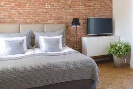 schlafzimmer in grau mit tagesdecke aus wolle r