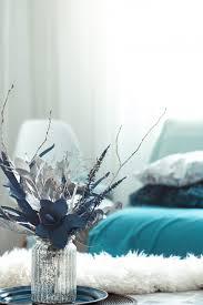 modernes wohnzimmer mit künstlichen blumen in einer vase und