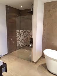 designerbad mit freistehender badewanne und begehbarer