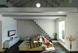 wohnzimmer mit treppe zur galerie bild kaufen 11458726
