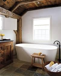 landhaus badezimmer interior in weiß mit holzdecke und