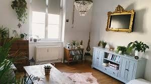 wunderschönes vintage wohnzimmer mit schöner holzmöbel und