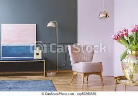 rosa tulpen auf dem tisch im pastell wohnzimmer mit sessel