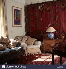 alte rote perserteppich hängt an der wand im wohnzimmer